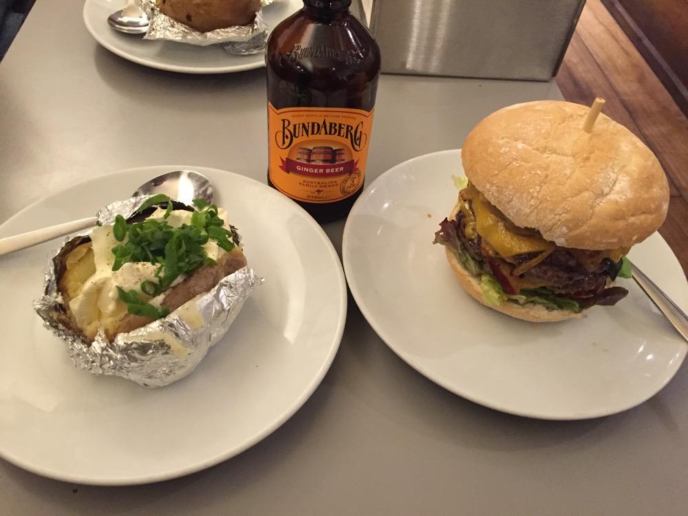 gepofte aardappel, Movember snorrenburger en gemberbier @ Burgermeester