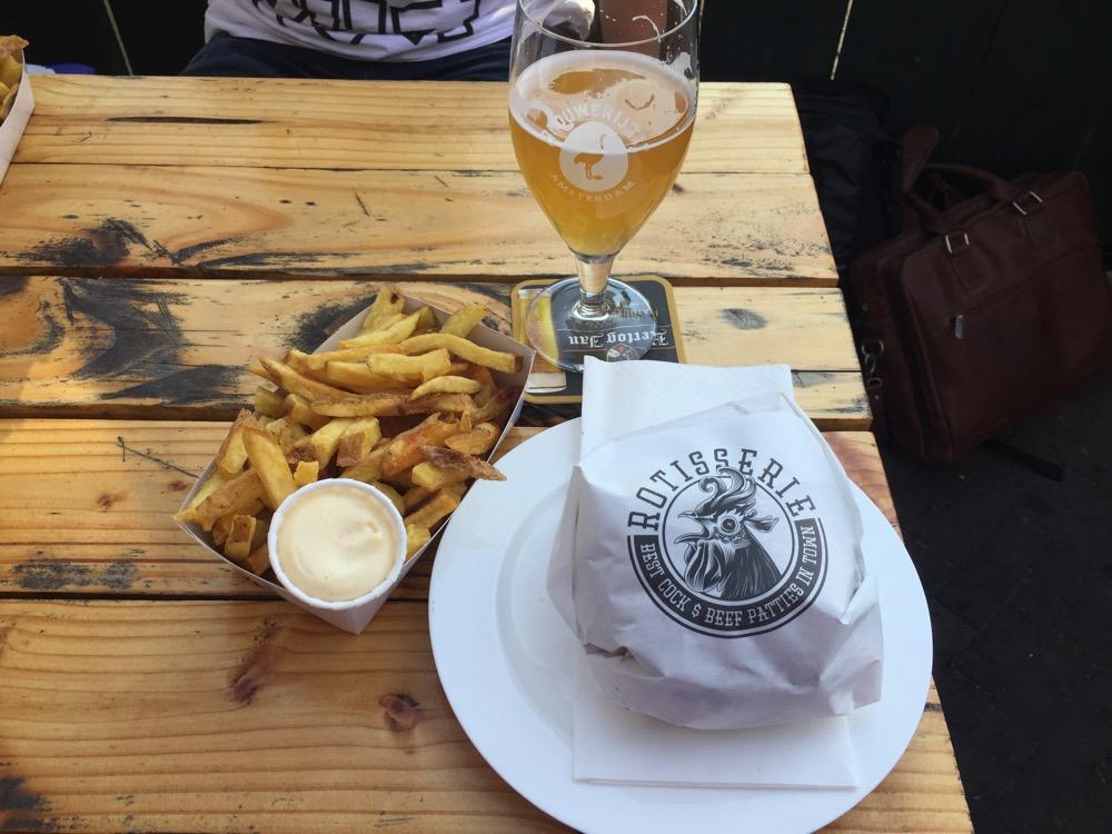 foto van burger, bier en friet @Rotisserie
