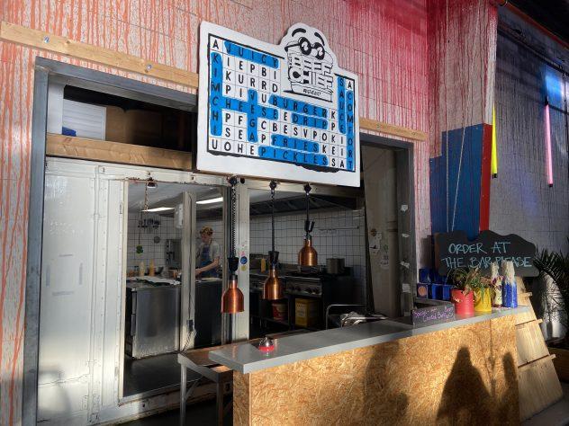 Een foto van de open keuken van The Beef Chief in de Oedipus Brouwerij