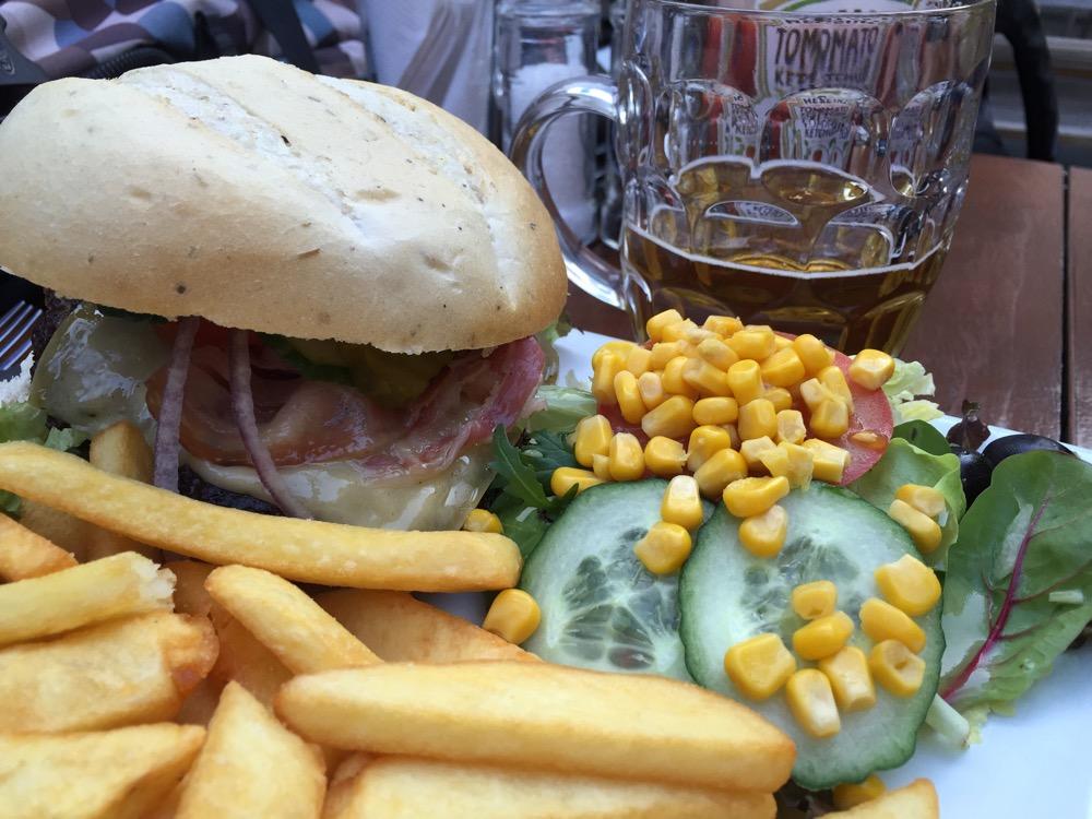 Goede prijs voor dit bord met eten | Burger + Friet + Salade